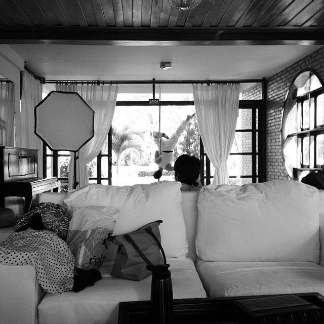 Foto: Déborah Costa. Making of da sessão de fotos da fotógrafa Barbara Mondes para o projeto Janela de Aysha.