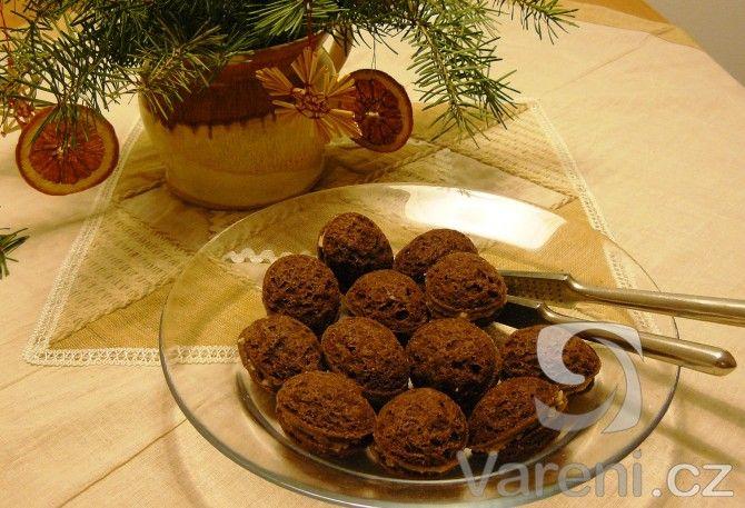 Další varianta tolik oblíbených ořechů, tentokrát s vůní skořice a ořechovo-rumovou nádivkou.