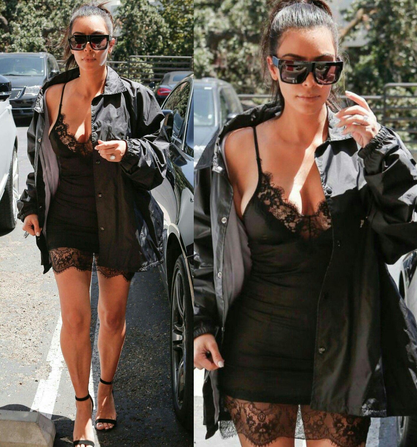 Kim Kardashian me surpreendeu neste look com slipdress. É diferente dos vestidos lápis que ela costuma usar. Está linda e cheia de estilo!⭐ #creative #fashion #style #kimkardashian