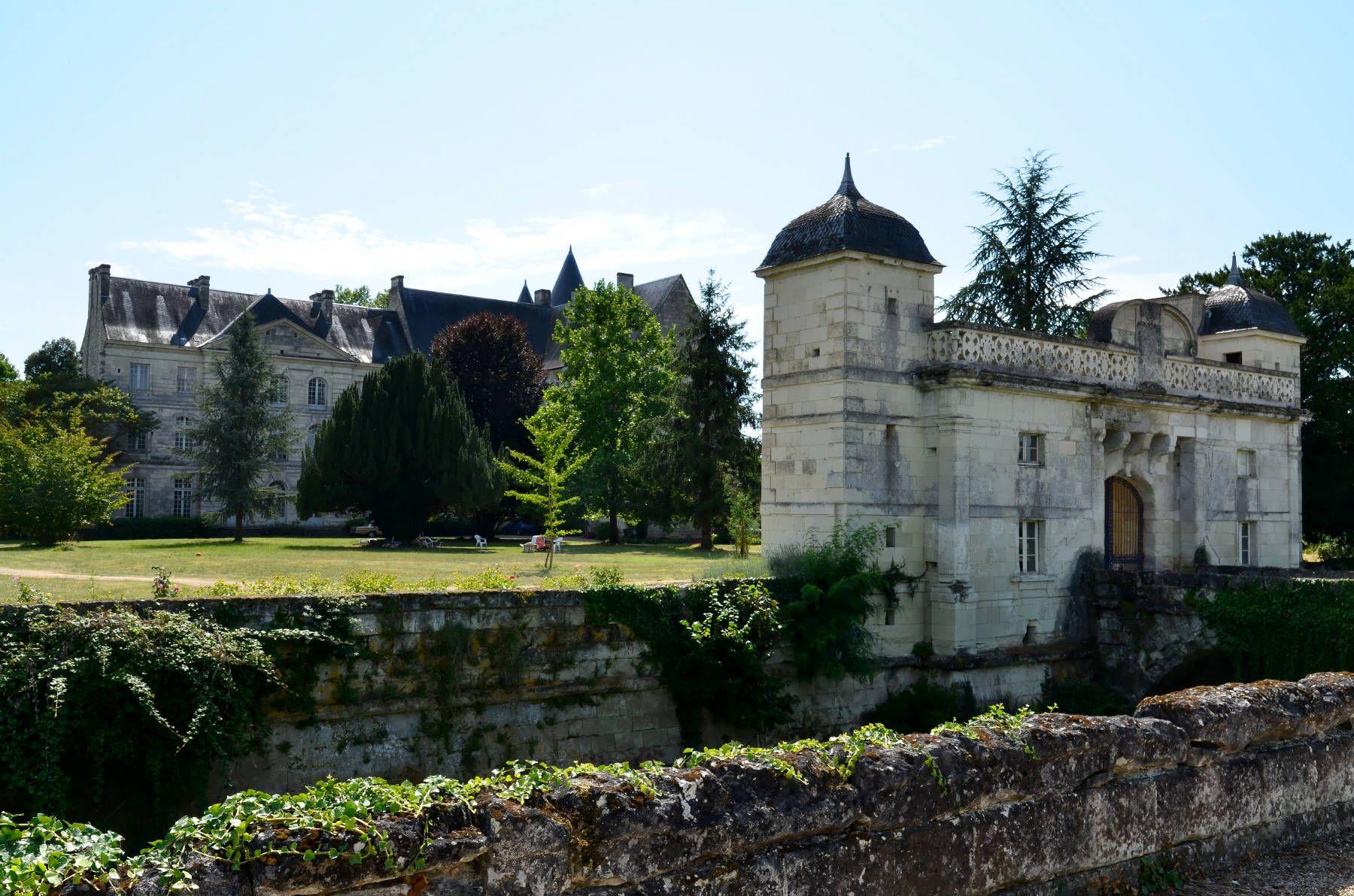 La Maison Du Bois Clairvaux château de scorbé-clairvaux   chateau france, le manoir