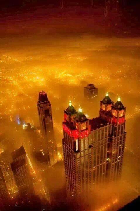 Chicago di notte nella nebbia