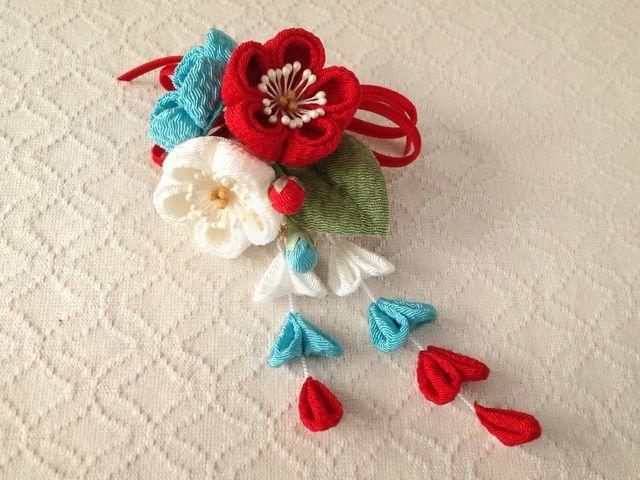 〈つまみ細工〉藤下がり付き梅三輪とベルベットリボンの髪飾り(白と赤と空色)