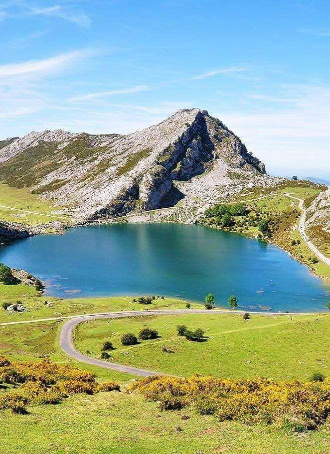 Lago Enol Forma Parte De Los Lagos De Covadonga Asturias Lagos De Covadonga Paisajes Parques Nacionales