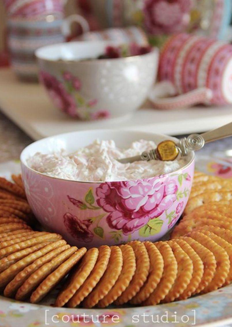 Galletas alrededor de un tazón con el relleno de tu elección: buttercream, quesocrema, manjar o mermelada.