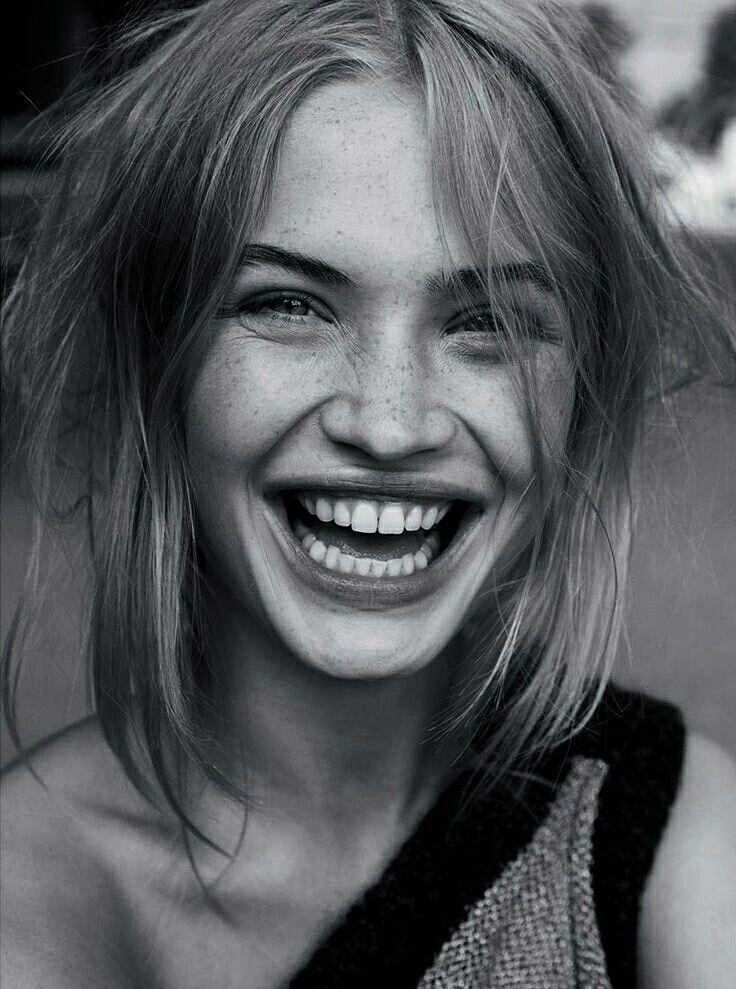 Frau lacht, lächelnde Frau, großes Lächeln, Zähne, schwarz und weiß, Graustufen #photography