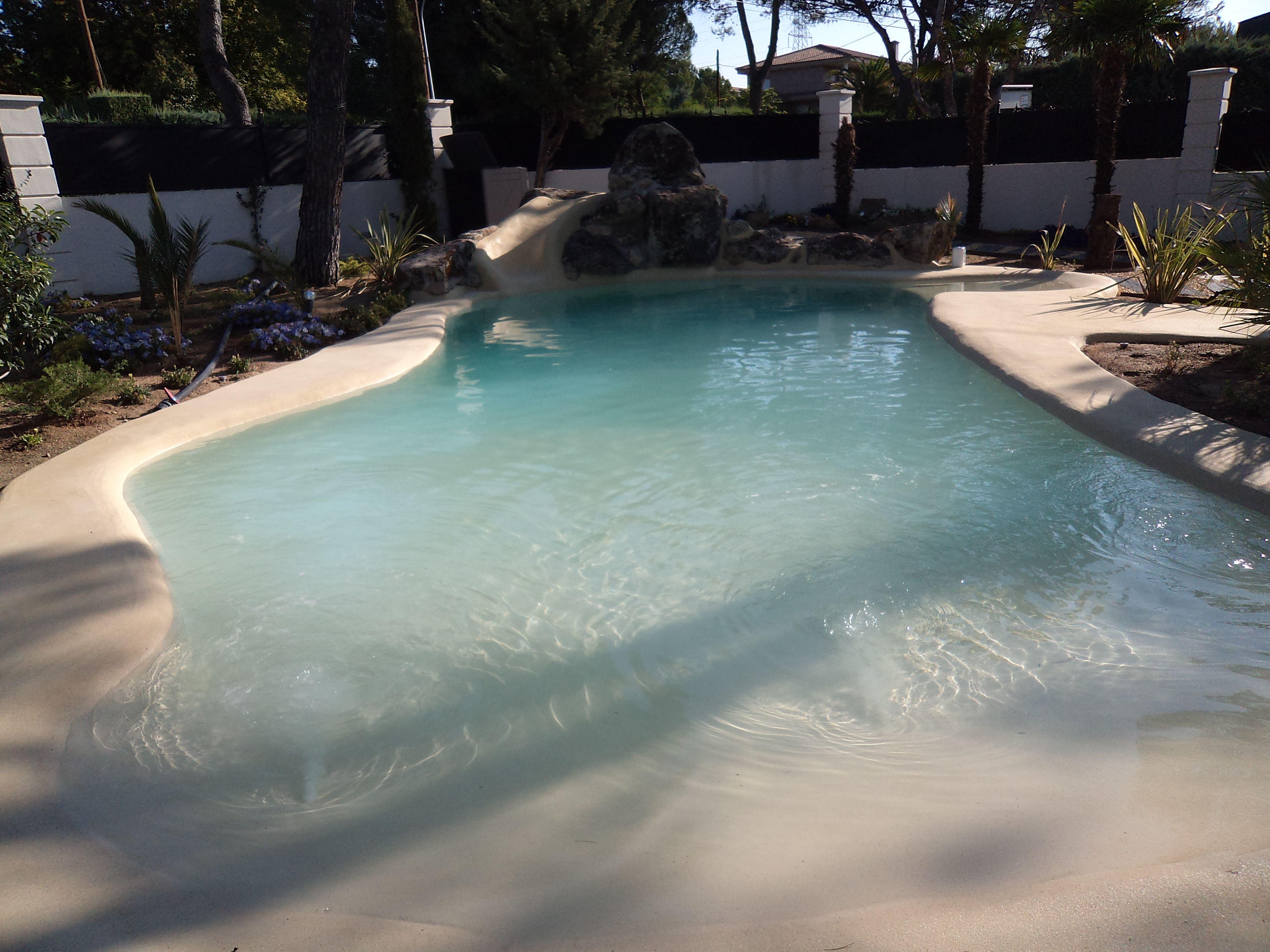 Esta piscina de arena dispone de una preciosa cascada que for Que precio tiene hacer una piscina
