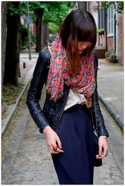 Black and navy + scarf. Is je outfit te saai? Dan gebruiken we een sjaal, toch?