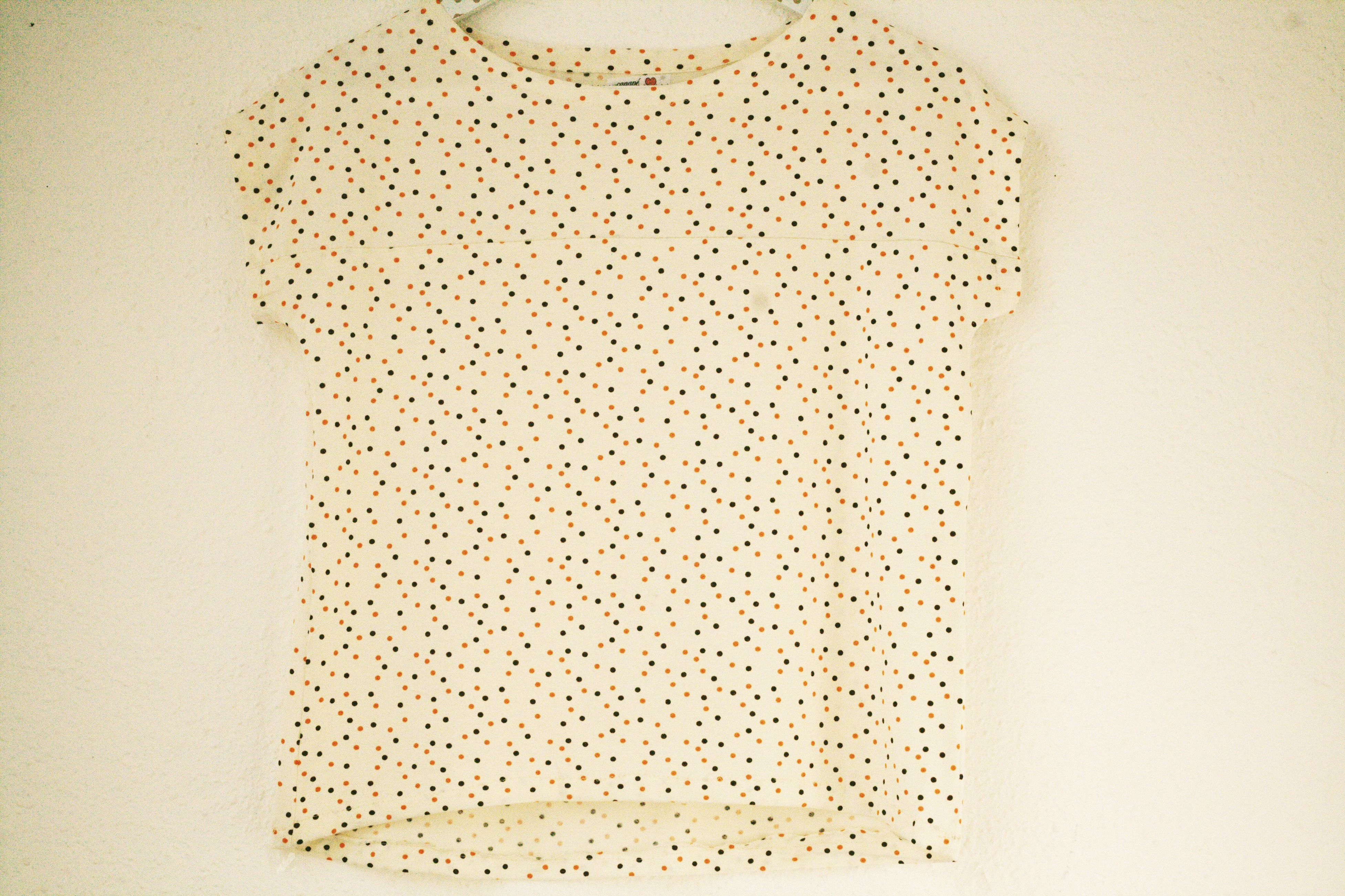 Curved crop top - In cream with orange and black polka dots