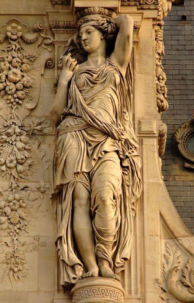 Скульптуры на фасаде Лувра