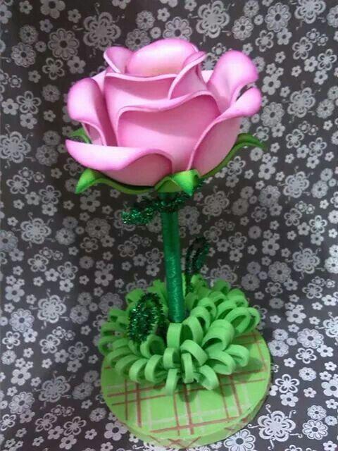 41ff5e39c0c Aprende cómo hacer rosas en foami para regalar mira este tutorial ...