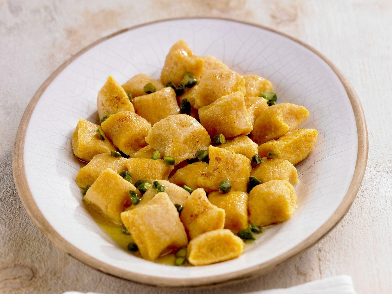 Gnocchi aus Süßkartoffeln mit Pistazien | http://eatsmarter.de/rezepte/gnocchi-aus-suesskartoffeln-mit-pistazien