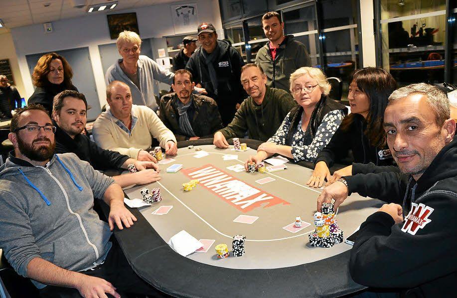 В казино Кристалл предлагается играть в рулетку, игровые автоматы, карты, покер, видеопокер и кено, причем бесплатно, на деньги или за счет бонусных средств, которые регулярно приходят на депозиты игроков.