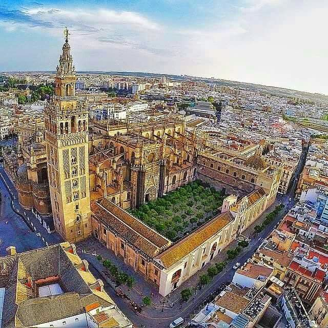 Giralda Catedral Y Patio De Los Naranjos Sevilla Sevilla Espana Andalucia Espana Viajar Por Espana