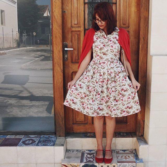 63fe5c014 Vestido floral ,vestido midi, vestido rodado, com botões, vestido com  sapatilha, vestido com cardigã, vestido acinturado, look ,retro, moda, moda  feminina.