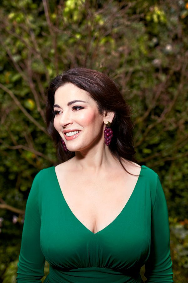 nigella lawson analysis Both nigella lawson and jamie oliver are well recognized tv chefs, however both use spoken language in very different ways, while interacting with their audience for example nigella's language is more sophisticated and formal whereas jamie's language is more casual and informal while there are.