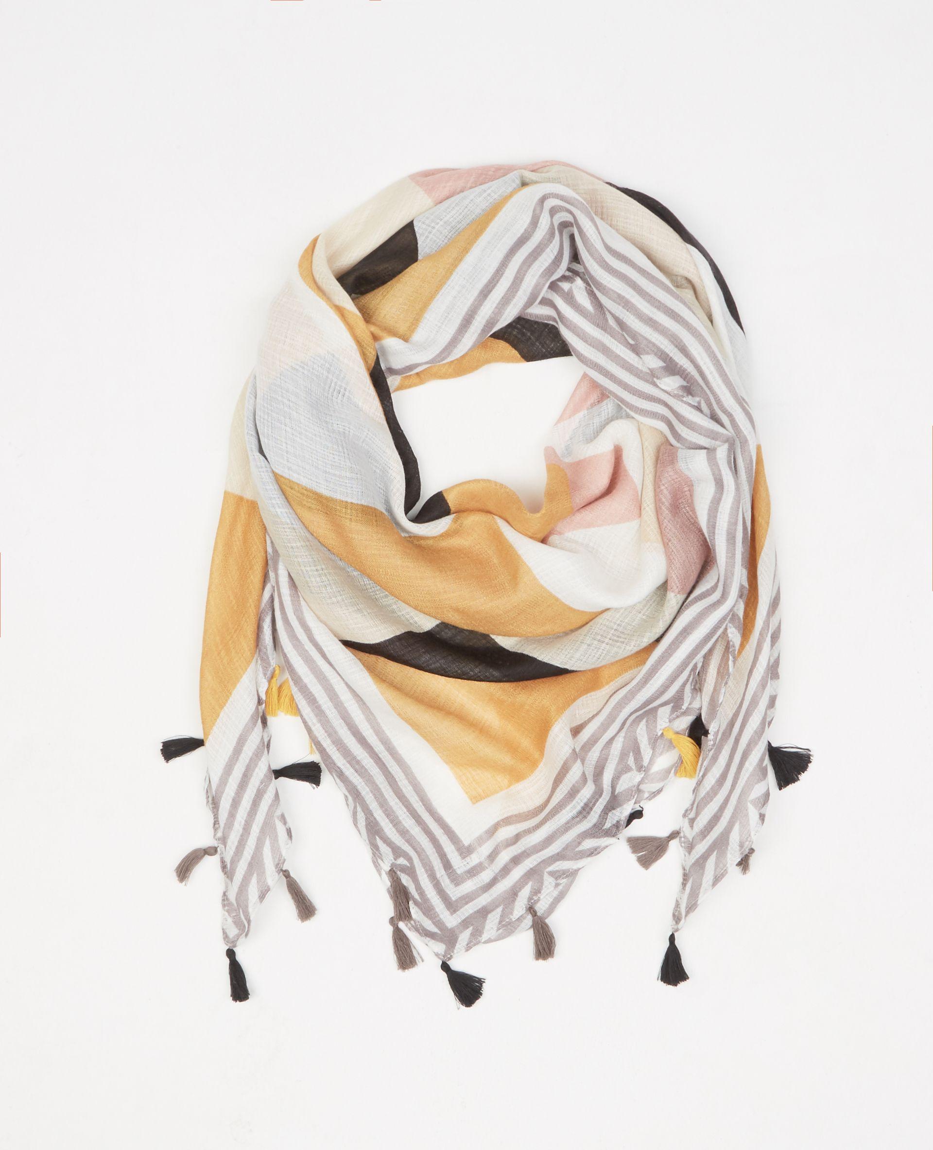 Pimkie  Foulard color block pompons jaune - Collection Printemps Été 2017 -  Un foulard qui joue sur les tons phares de la saison dans un esprit color  block 7deeb30fb2f