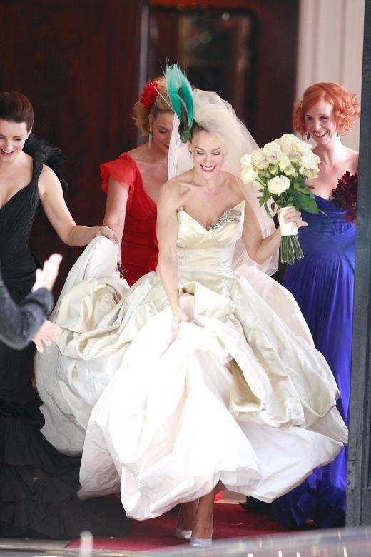 Fragen Uber Fragen Zu Carries 50 Geburtstag Kleid Hochzeit Carrie Bradshaw Outfits Braut