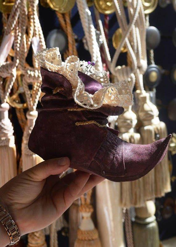 Decorative needlebed shoe