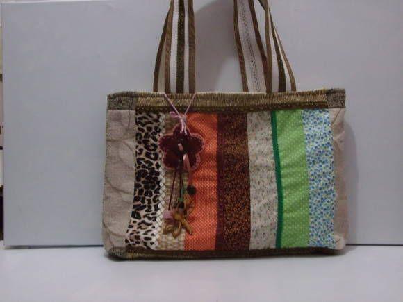 Bolsa com ziper, totalmente forrada. Aceito encomenda e faço nos tons desejados
