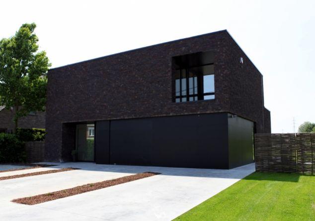 Architectenbureau van den bossche strakke gevel met brekend element groot raam bovenaan - Moderne huis gevel ...