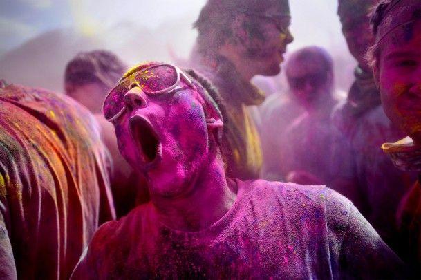 Holi: Een tweedaags Hindoefestival in het noorden van India, iedereen gooit met bloem in de meest intense kleuren en water.