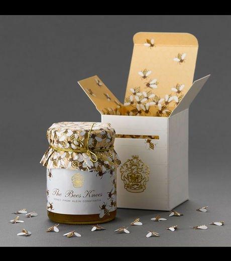 Décor : Des couleurs relevant du « haut de gamme » et du domaine du miel (blanc, doré). Lorsque le consommateur ouvrira la boite, il pourra y découvrir un rassemblement d'abeille autour du pot de miel. Technique : Une boite simple d'ouverture. Une étiquette reprenant le nom, le logo et la marque est collée sur le pot en verre. Le bouchon est couvert d'un tissu rempli d'abeille montrant encore une fois le naturel du miel. Communication : Un produit cent pour cent naturel.