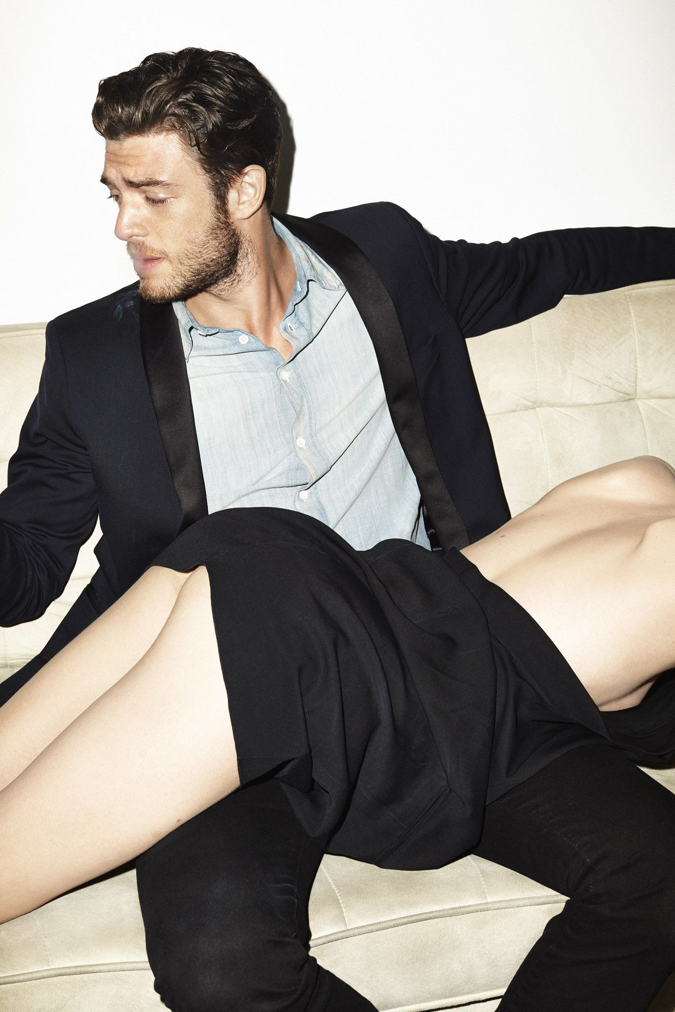 Супружеская парочка наказывают горничную за непослушание - порно фото