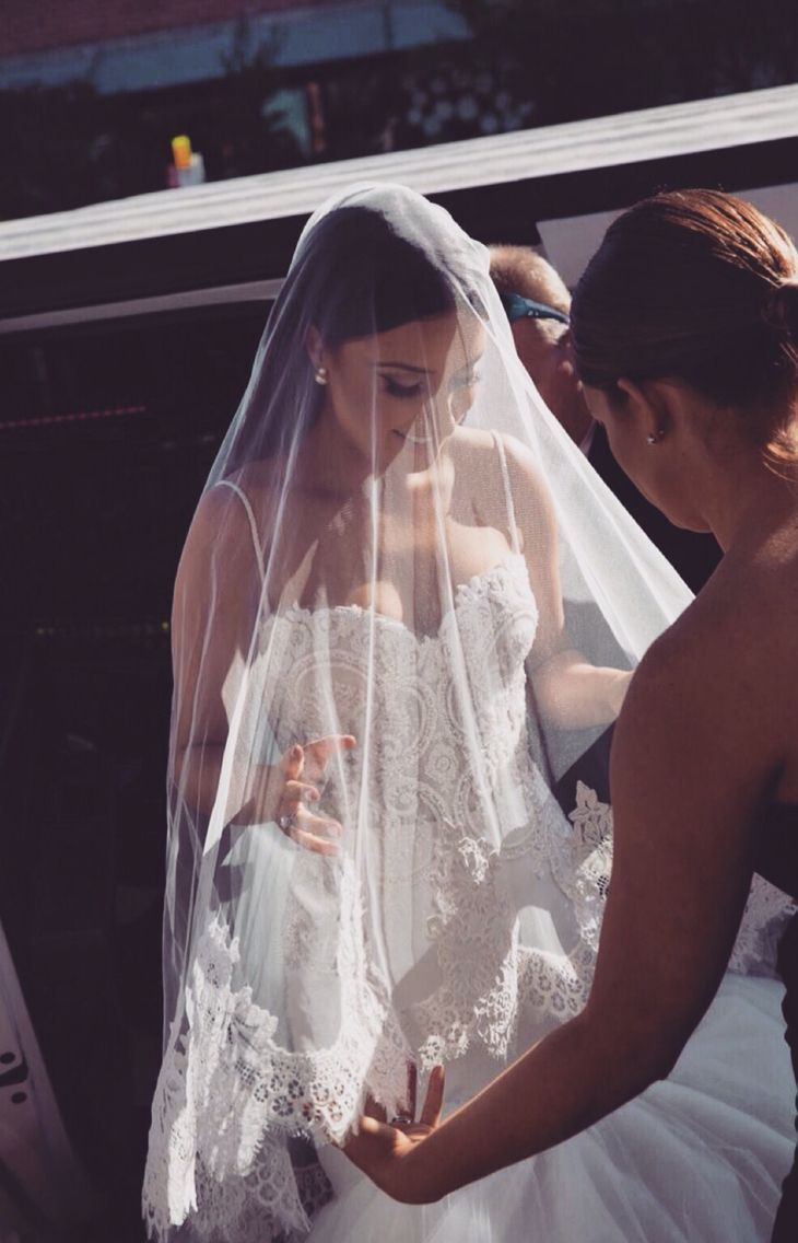 Gorgeous veil and wedding dress with lace detail spaghetti straps