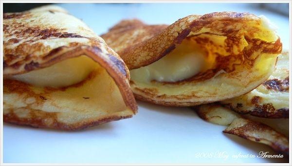 [食材]1. 一顆蛋黃2. 一大匙麵粉(吃飯用大湯匙)3. 兩大匙半白砂糖(吃飯用大湯匙)4. 150ml牛奶5. 香草精* 麵粉也可改成玉米粉,根據網路食譜說,用玉米粉做出來的卡士達醬比較「輕」。[