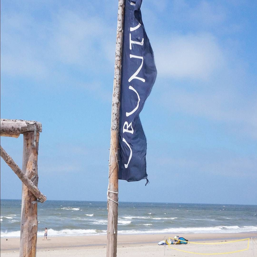 That's my workplace for today !  Hope you can enjoy this sunny day as much as I will ! #ubuntubeach  #Zandvoort #plantenhangers #love #beach