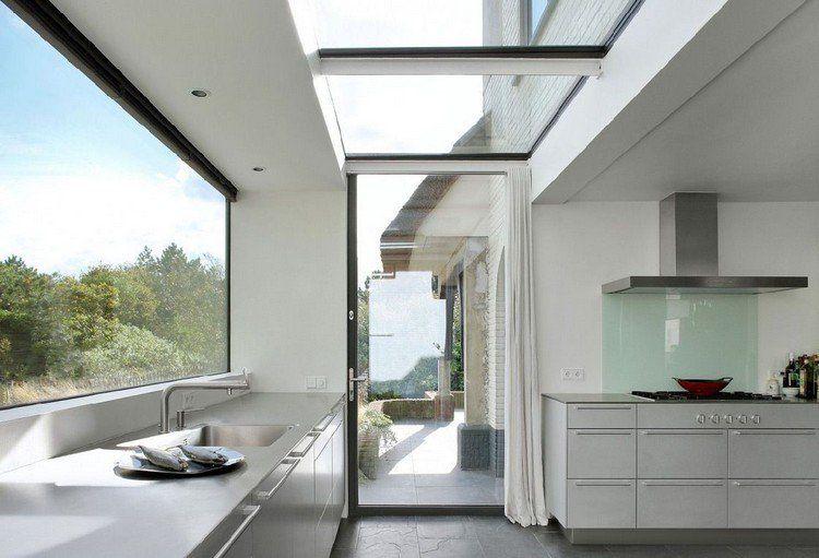 extension de maison avec toit en verre, cuisine équipée avec meubles - meuble de cuisine gris anthracite