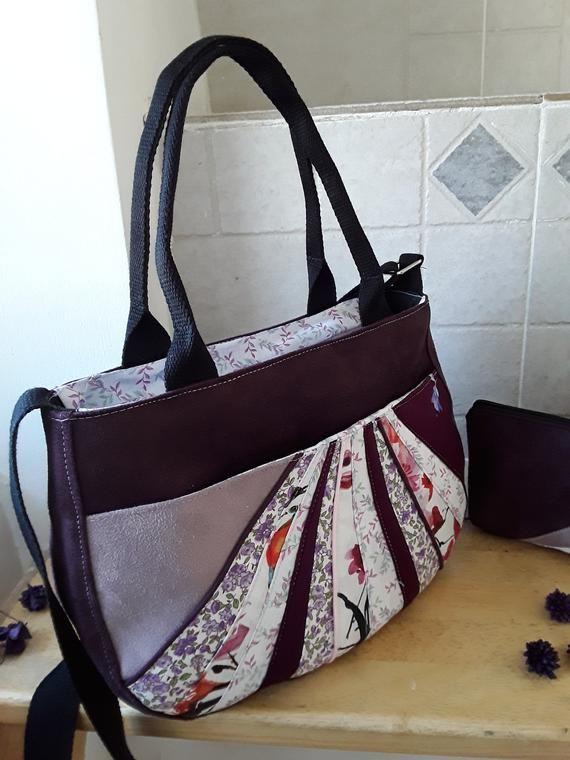ecf13b0dd2 Sac à main, sac bandoulière, sac porté épaule, suédine prune e et lavande,  pochette assortie,patchwork de tissus violet et rose, fait main