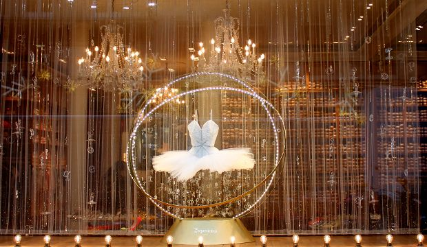 Le thème de cette vitrine de Noël est sous l'évocation d'une Boule