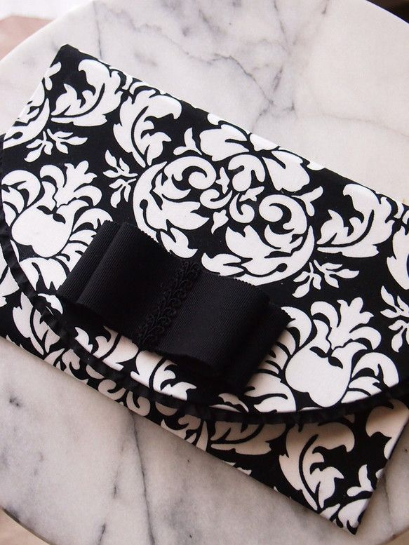 カルトナージュの弔事用袱紗です。外側はダマスク柄の生地で、内側はブラックのモアレ生地です。装飾にはフリルリボンと黒い3.6mm巾のグログランリボン付いています...|ハンドメイド、手作り、手仕事品の通販・販売・購入ならCreema。