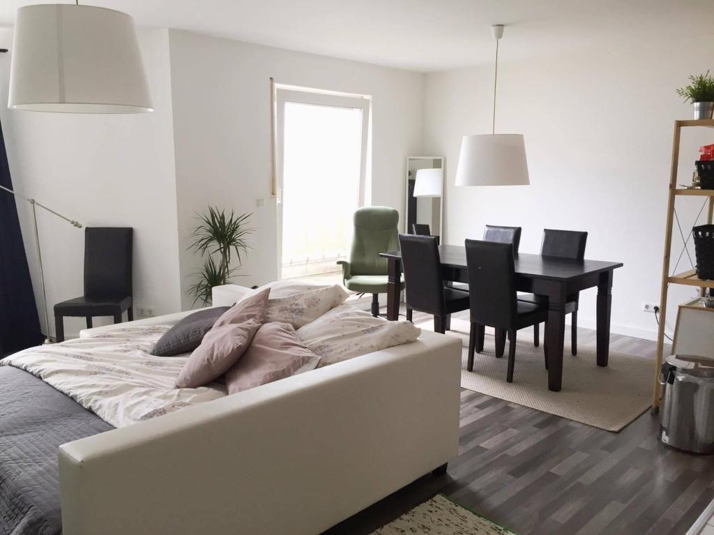 Wohnzimmer In Schoner Und Moderner Wohnung In Dusseldorf Zwischenmiete In Dusseldorf Stadtmitte Dusseldorf Zwischenmiete Li Wohnung Moderne Wohnung Haus