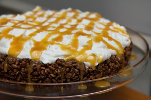 Rice krispies kaka með bananarjóma og karamellu