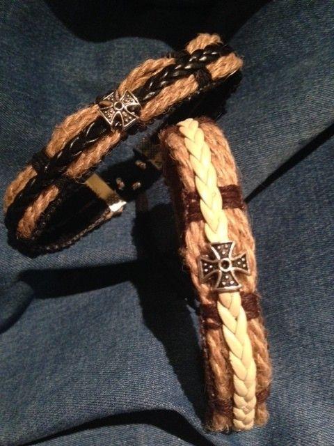 Pulsera de tira ancha en algodón, cuerda y tira trenzada de simil cuero con pieza central metálica de Cruz Templaria.