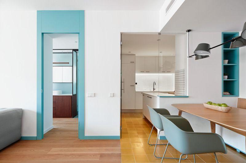 Un piso de 80m2 que el equipo de Bonba Studio ha reformado para ampliar la zona central de la vivienda bajo un estilo ecléctico y muy atrevido.