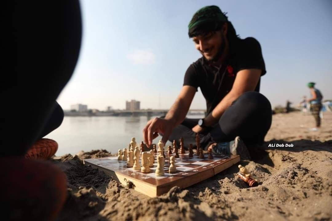 ضمن الفعاليات التي ت ثبت سلمية المظاهرات في بغداد انشاء ملعب لكرة الطائرة الشاطئية على ضفاف نهر دجلة فكرة المهندس يوسف الفهد وتنفيذ مخ Iraq 10 Things My Home