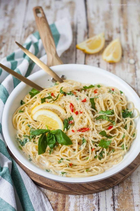 15-Minuten Zitronenspaghetti –total simpel, rasend schnell, umwerfend lecker. Und außerdem die tollste Pasta für den Früüühling. - GourmetGuerilla´s Foxy Food