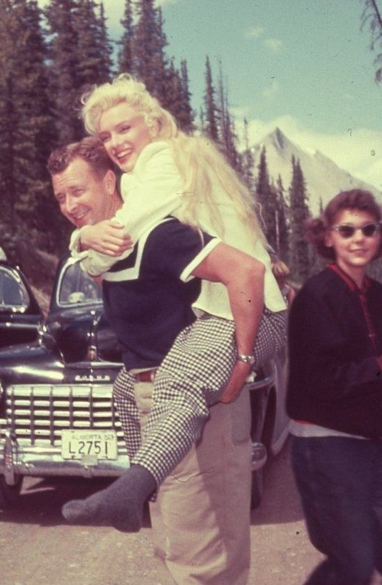 """Marilyn Monroe in Canada to film """"River Of No Return"""" 1953"""