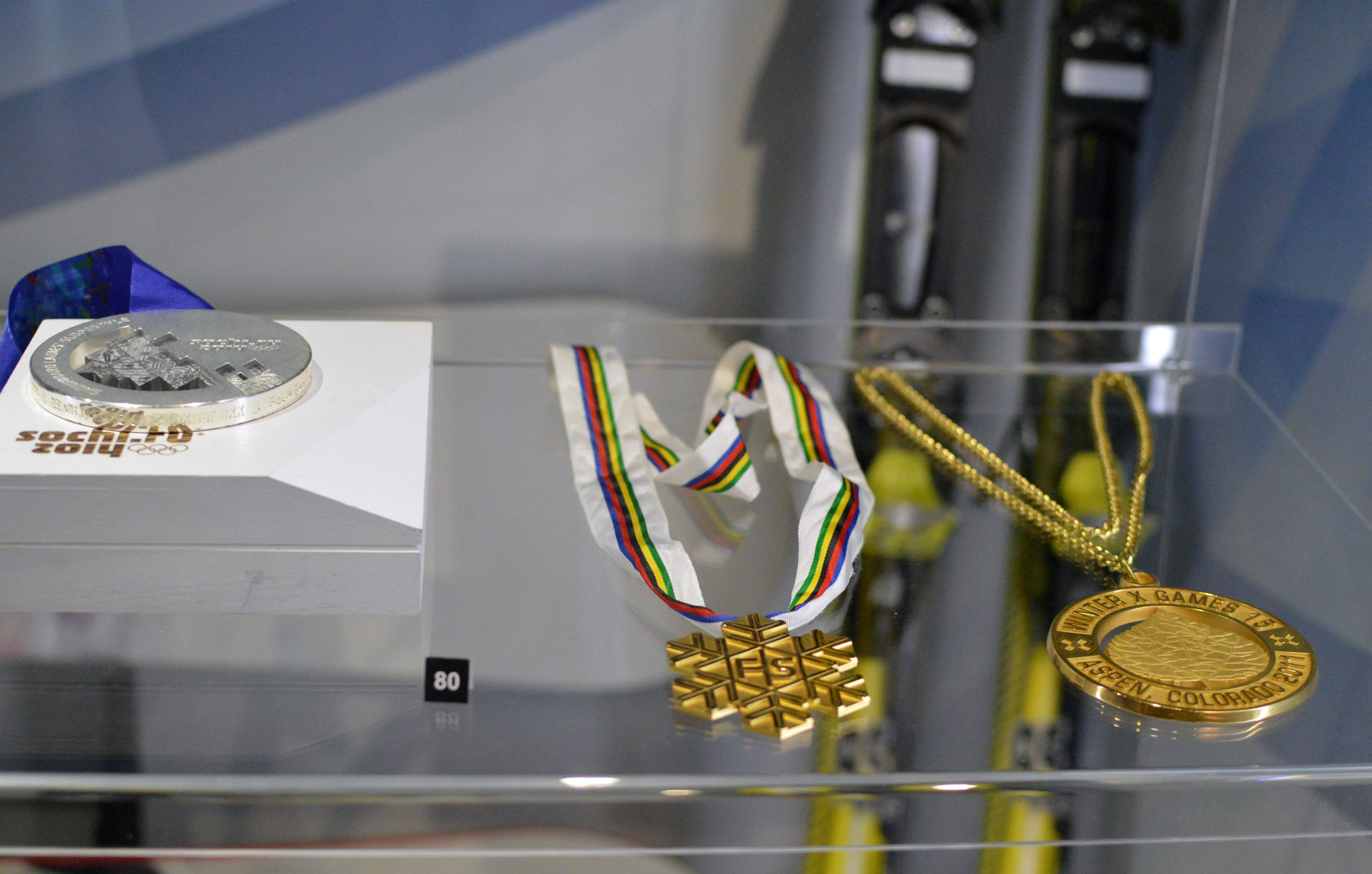 Lumilautailija Enni Rukajärven voittamat X-Games kultamitali, MM-kultamitali sekä olympiahopeamitali.