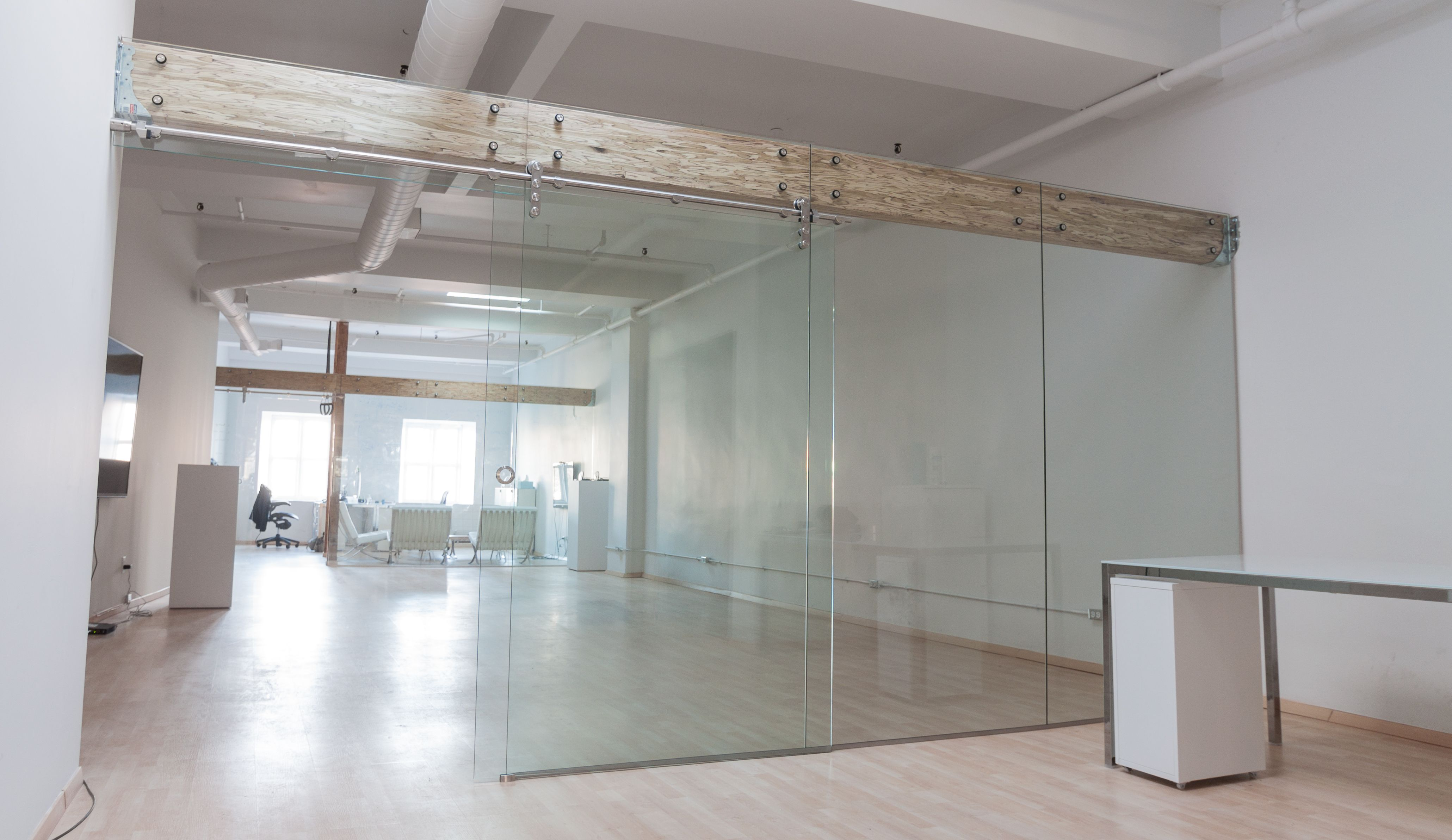 Divisions en verre trempé mm d espace de bureau dans le vieux