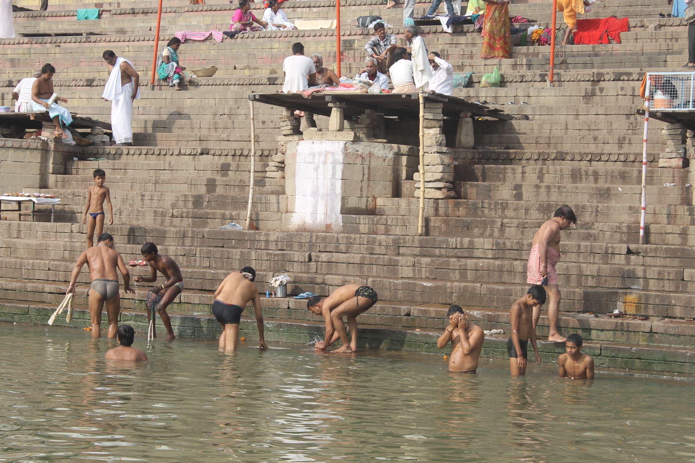 Indios bañándose en el río sagrado