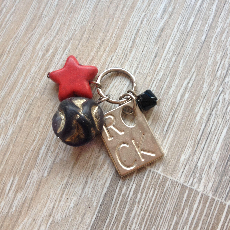 """Bedel van metalen plaatje met """"rock"""", rode howliet ster, 6mm zwarte kristal steen en een bewerkte zwarte glaskraal. Van JuudsBoetiek €5,00. Te bestellen op www.juudsboetiek.nl"""