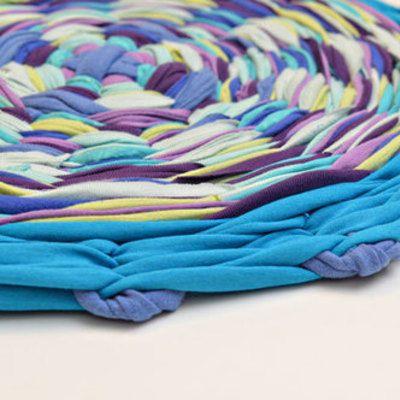 Zrecyklujte staré tričká a vytvorte si tento krásny farebný koberčekVďaka gymnastickej obruči tzv. hula hoop je jeho výroba naozaj jednoduchá    Pomôcky:    Nožnice  Gymnastická obruč  cca 10 tričiek        Postup:   1. Odstrihnite spodné prešitie na všetkých tričkách        2. Nastrihajte prvé tričko na 16 vodorovných pásov (približne 5cm na šírku)      3. Natiahnite tieto pásy po dvoch kusoch na obruč tak ako vidíte na obrázku       4. Nastrihajte zbytok tričiek na cca 2,5…