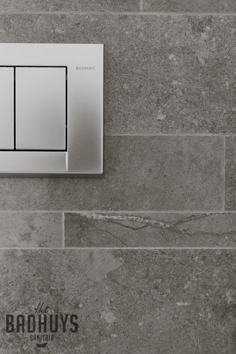 eigentijdse badkamer met binatie van tegels in wit en grijs