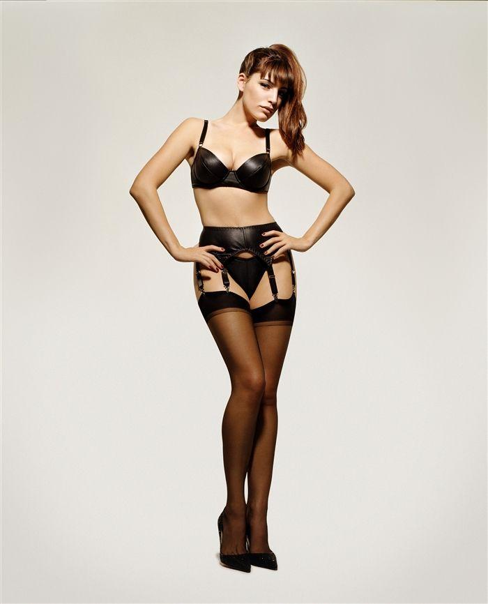 kelly-brook-stockings-suspenders-high-heels-bra-03  6323d5665