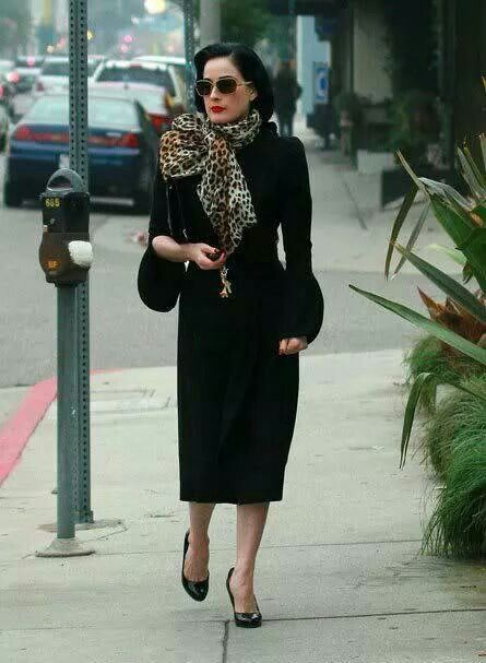 dabed2e4c74 Dita Von Teese - love the way the scarf is tied