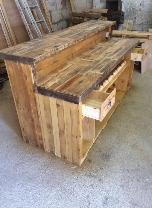 Meuble bar de cuisine en bois de palettes créé par \